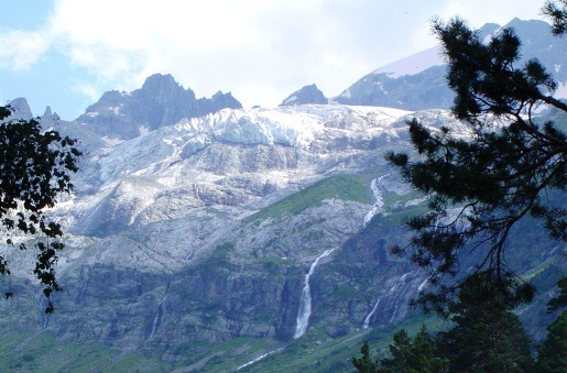 Архыз Софийский ледник тая, образует водопады.