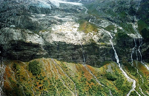 Архыз Софийский ледник тая, образует водопады