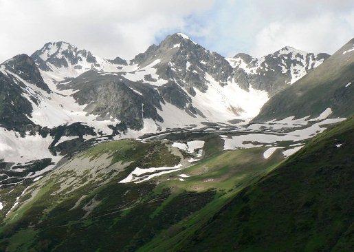 Горы Архыза - самая высокая точка хребта  Габулу-Чат скала Горячева находится на  высоте 3045 м.
